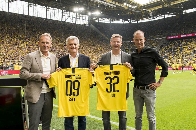 Odovzdávanie sponzorského dresu počas prvého kola Bundesligy